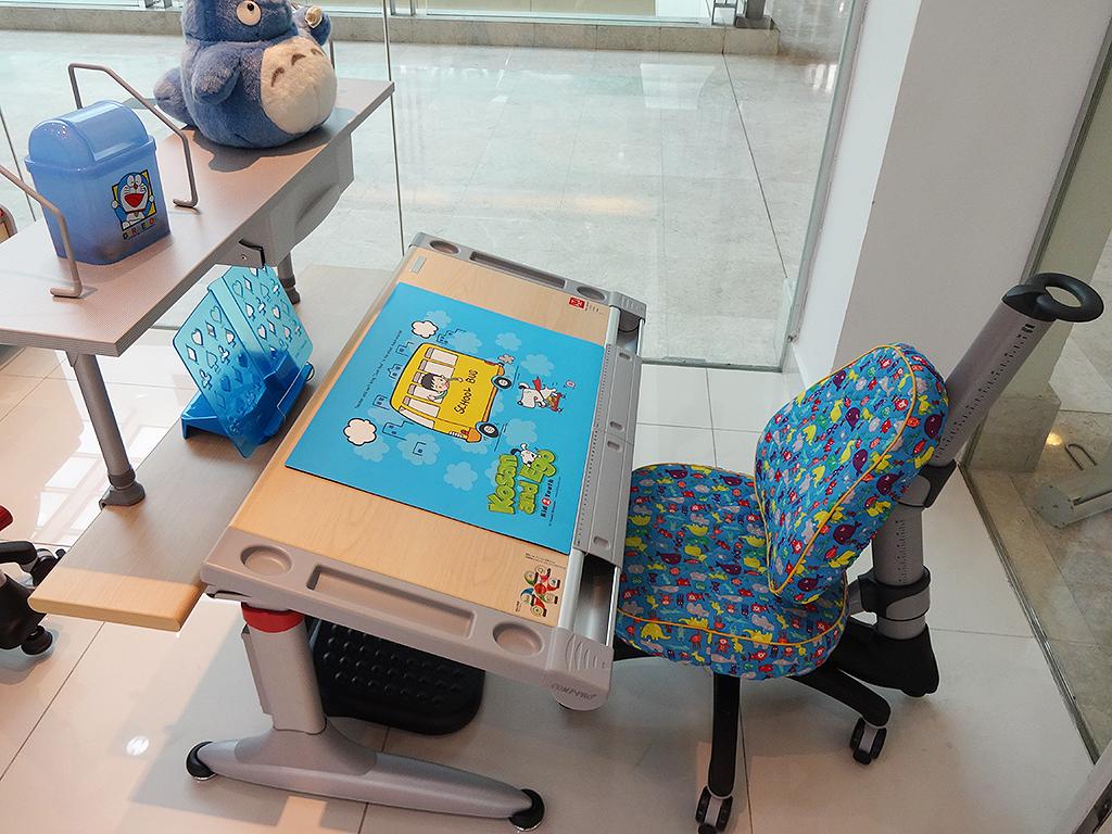 マレーシアで小学生♪機能的な学習机でお勉強