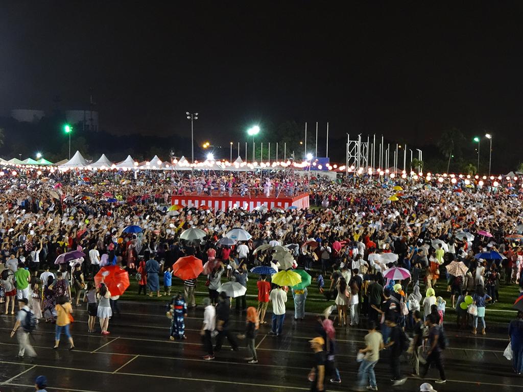 みんなで輪になって…マレーシアで日本の盆踊り!